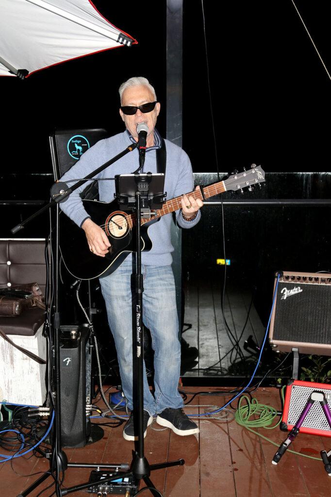 Les Hutton of Indigo Dusk playing solo